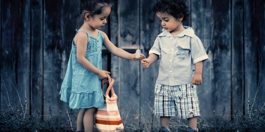 To historier om børnetøjs betydning